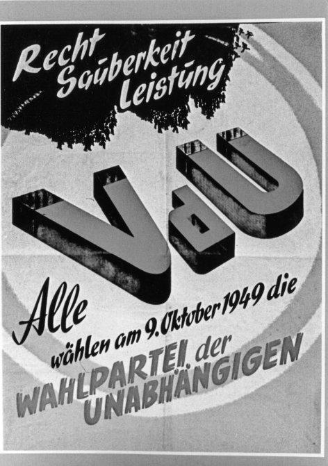 """""""Österreich II"""", """"Ein Tag wie kein anderer (1) (21)."""" Diese Folge von """"Österreich II"""" sowie Folge 22 und 23 sind der besonderen Geschichte des österreichischen Staatsvertrages gewidmet. Diese Geschichte, die mit der Unterzeichnung des Vertrages am 15. Mai 1955 im Schloss Belvedere in Wien endet, nimmt im November 1943 in Moskau ihren Anfang. Dort einigen sich die Außenminister der USA, Großbritanniens und der Sowjetunion, Österreich als unabhängigen Staat wiederherzustellen. Aber es dauert zehn Jahre, von 1945 bis 1955, ehe dieser Beschluss in die Tat umgesetzt wird. Dabei kommt man der Lösung einige Male ganz nahe. Doch jedes Mal, wenn der Vertrag fast unterschriftsreif ist, geraten die Österreich-Verhandlungen durch den Ost-West-Konflikt ins Stocken: Jugoslawien erhebt Ansprüche auf Teile Kärntens, die Sowjetunion will die als deutsches Eigentum beschlagnahmten Betriebe und die Erdölfelder ständig als sowjetische Enklave in Österreich behalten; der Marshallplan bringt zwar ganz Österreich Wirtschaftshilfe, doch im übrigen Europa antwortet die Sowjetunion auf den Marshallplan mit der Teilung des Kontinents und mit der Blockade Berlins. Eine Zeitlang wird auch für Österreich die Teilung und ein sowjetisch unterstützter Putsch in Wien befürchtet. Österreich bekommt zwar seinen Staatsvertrag noch lange nicht, aber es bleibt ein Sonderfall.Im Bild: Wahlplakat der VdU, 1949. SENDUNG: ORF3 - SA - 13.12.2014 - 20:15 UHR. - Veroeffentlichung fuer Pressezwecke honorarfrei ausschliesslich im Zusammenhang mit oben genannter Sendung oder Veranstaltung des ORF bei Urhebernennung. Foto: ORF/Bundespolizeidirektion Wien. Anderweitige Verwendung honorarpflichtig und nur nach schriftlicher Genehmigung der ORF-Fotoredaktion. Copyright: ORF, Wuerzburggasse 30, A-1136 Wien, Tel. +43-(0)1-87878-13606"""